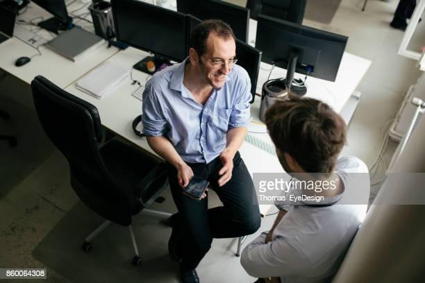 Büro-Kollegen Pause für den schnellen Chat