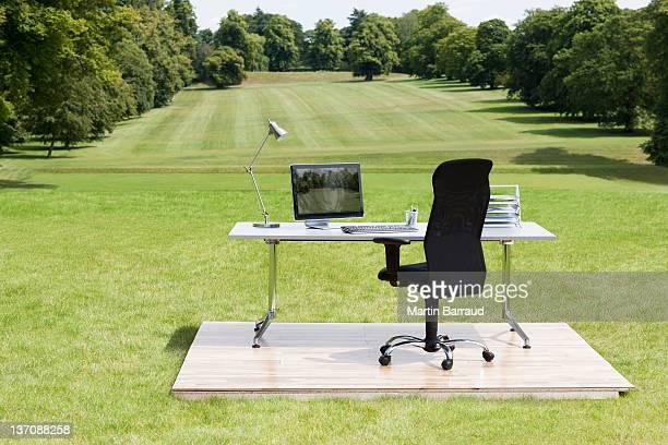 Bureau et chaise à l'extérieur dans le champ