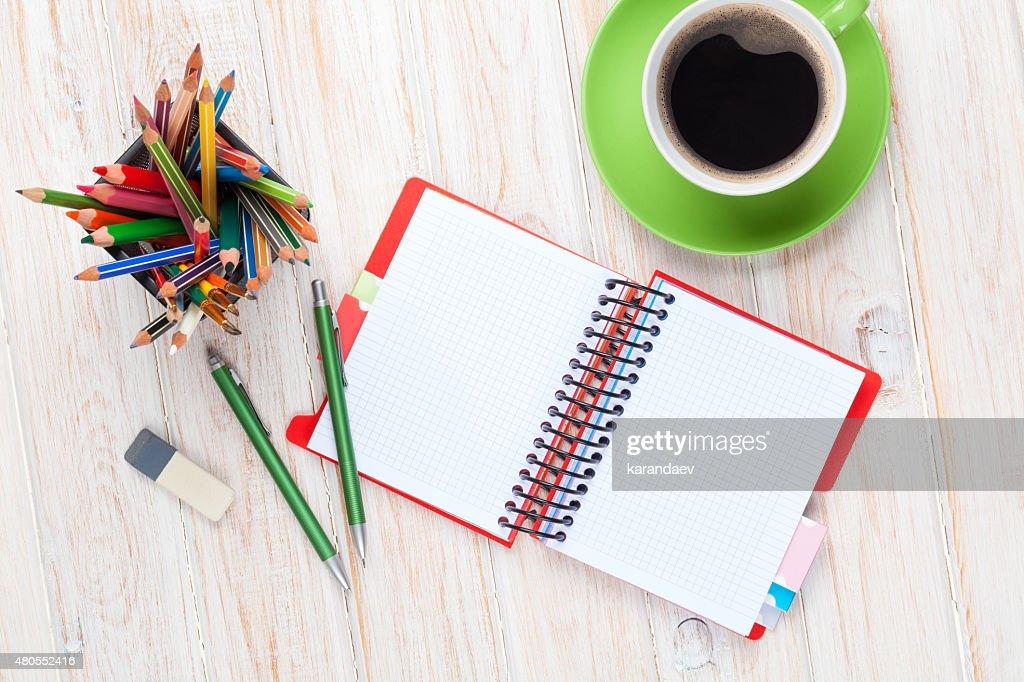 Escritorio mesa con artículos de oficina y una taza de café : Foto de stock