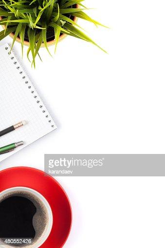 Escritório mesa mesa com materiais, flor e caneca de café : Foto de stock