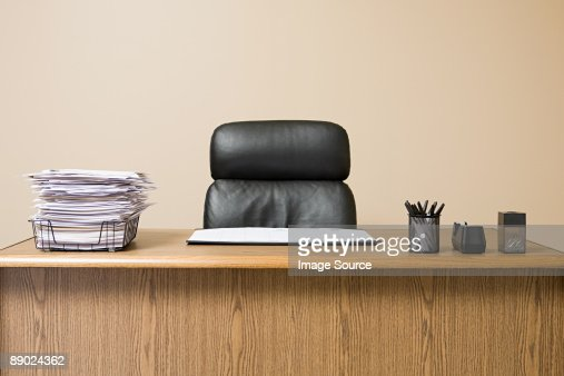 Office desk with overflowing inbox : Stockfoto