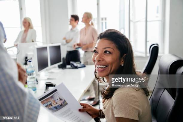 Büroleiter im Gespräch mit Kollegen während Geschäftstreffen