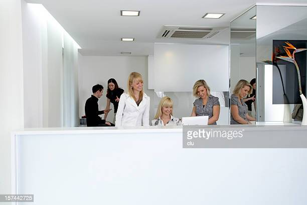 Office Manager auf dem computer an der Rezeption