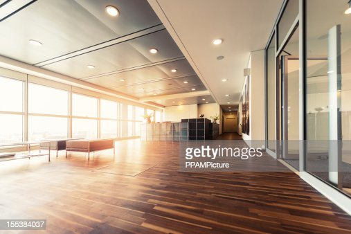 reception con pavimenti in legno e finestre a parete