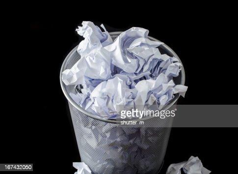 Oficina: Papelera de papel usado completo : Foto de stock
