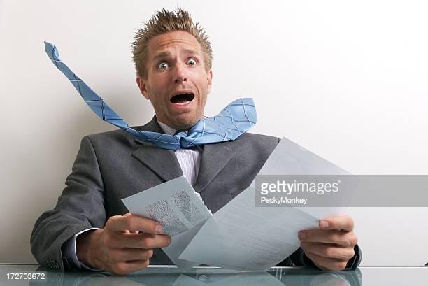 Büroberuf Geschäftsmann Eröffnung Buchstabe mit Ausdruck von Stress