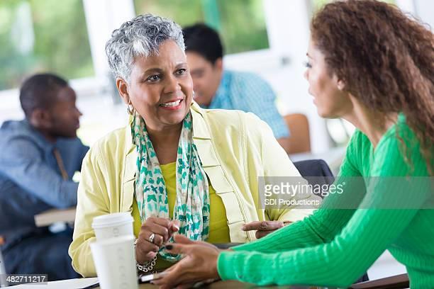Impiegato ascoltare co-lavoratore nella sala ristoro sul posto di lavoro