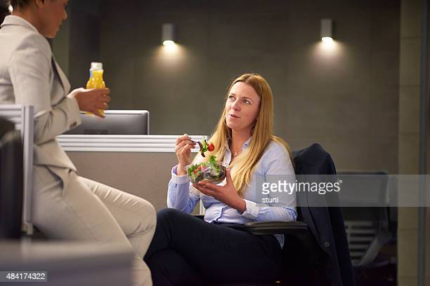 Employés de bureau discutant autour d'un déjeuner