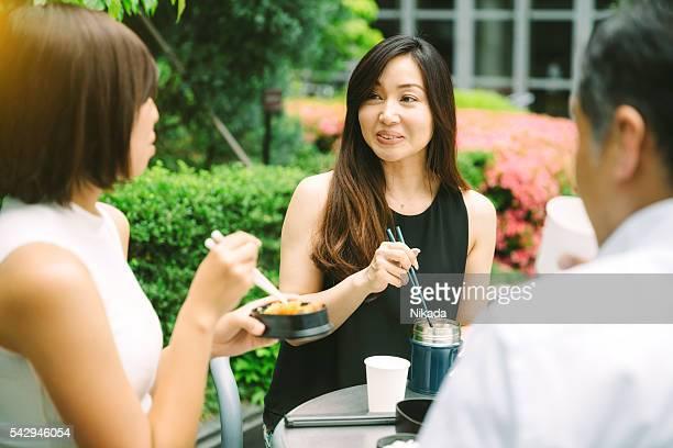 同僚とご一緒に屋外での昼食