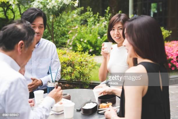 Büro Arbeitnehmer, die ein Mittagessen im Freien