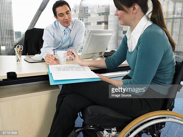 Employés de bureau dans une réunion