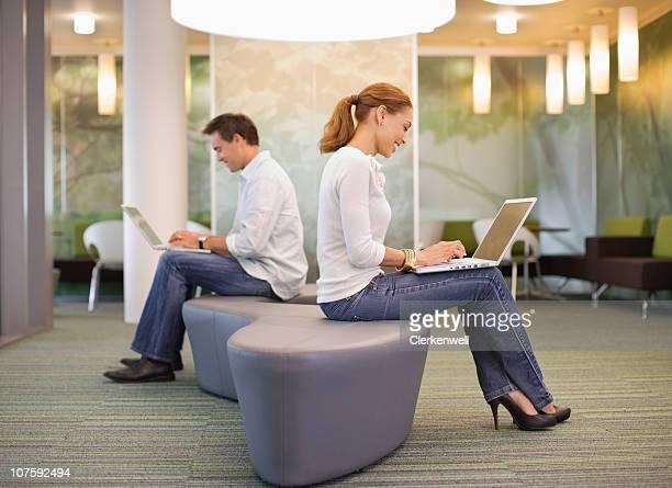 Büro Arbeitnehmer mit laptop Rücken an Rücken im modernen Büro cantee
