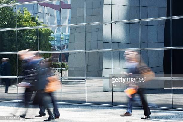Travailleurs à pied dans le bâtiment vitré, Mouvement flou