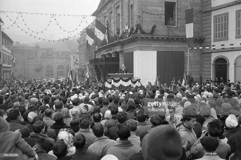 Official Travel Of General De Gaulle In Alsace. En novembre 1959, à l'occasion d'un voyage officiel dans l'est de la France, en Alsace, le président de la république française Charles DE GAULLE, visite la municipalité de SELESTAT, debout sur une estrade décorée du drapeau tricolore, il fait un discours dans la rue devant un public nombreux.