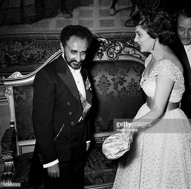 Official Visit In France Of Emperor Haile Selassie Paris novembre 1954 Lors d'une réception à l'occasion de sa visite officielle en France le Negus...