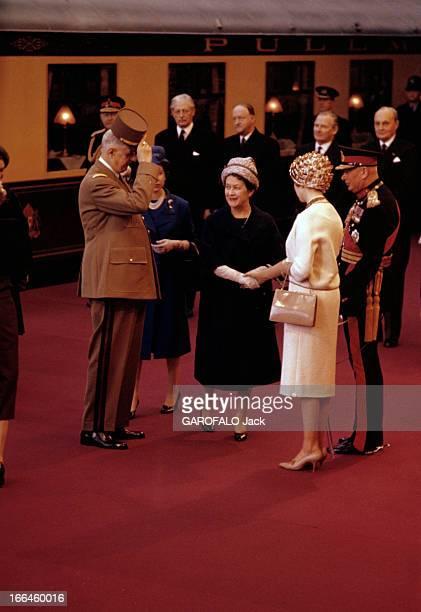 Official Visit Of Charles De Gaulle To The United Kingdom Londres avril 1960 Sur le quai d'une gare couvert d'un tapis rouge devant un wagon le...
