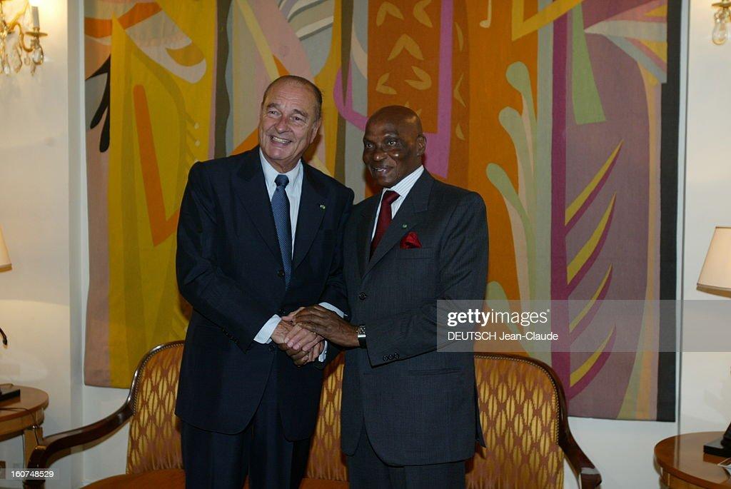 Official Visit Of <a gi-track='captionPersonalityLinkClicked' href=/galleries/search?phrase=Jacques+Chirac&family=editorial&specificpeople=165237 ng-click='$event.stopPropagation()'>Jacques Chirac</a> In Black Africa: Senegal. Jacques CHIRAC et le président sénégalais Abdoulaye WADE se serrent la main, à Dakar, le 02 février 2005, lors de la visite officielle du président français au Sénégal.
