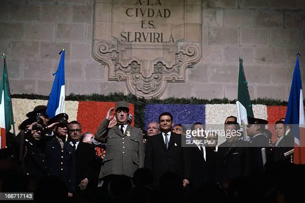 Official Visit Of President Charles De Gaulle To Mexico A Mexico devant un mur portant un blason sous les couleurs françaises et mexicaines le...