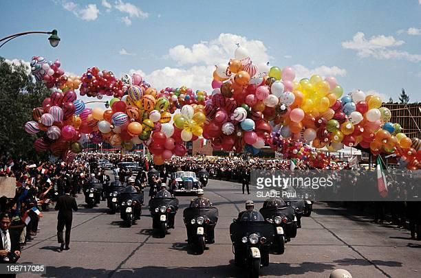 Official Visit Of President Charles De Gaulle To Mexico Dans une rue de Mexico décorée de ballons de baudruche et bordée d'une foule d'habitants la...