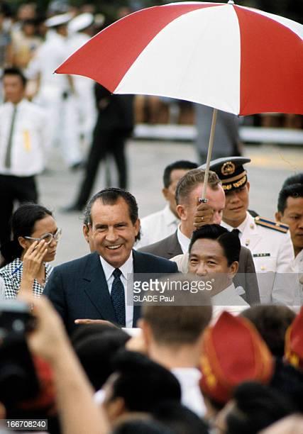 Official Visit Of President Nixon To The Philippines A Manille en extérieur parmi un groupe de personnes le président américain Richard NIXON en...