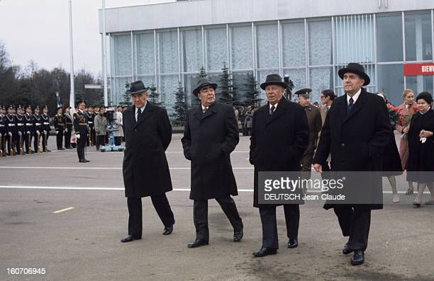 Official Visit Of President Valery Giscard D'estaing In The Ussr En octobre 1975 devant un bâtiment un groupe de personnalités portant manteaux et...
