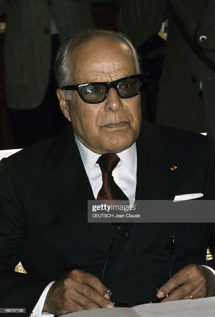 Official Visit Of President Valery Giscard D'estaing In Tunisia. En novembre 1975, portrait du président Habib BOURGUIBA, portant des lunettes de soleil, à l'occasion de la visite officielle du président Valéry GISCARD D'ESTAING en Tunisie.