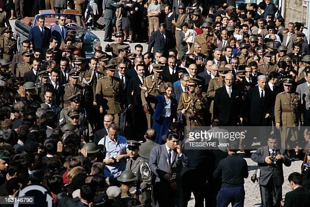 Official Visit Of The King Constantine Of Greece And The Queen AnneMarie Of Greece To Their Country En Grèce parmi une foule entouré d'un cortège...