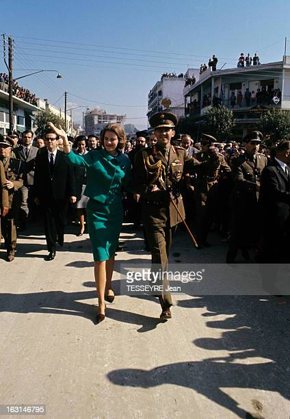 Official Visit Of The King Constantine Of Greece And The Queen AnneMarie Of Greece To Their Country En Grèce dans une rue le roi Constantin en...