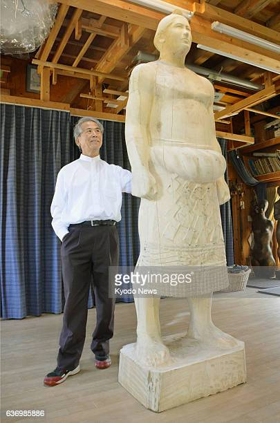 Ogata Japan Photo shows sculptor Toshio Kamada unveiling a wooden model he has carved for a statue of the late sumo great Taiho whose real name was...