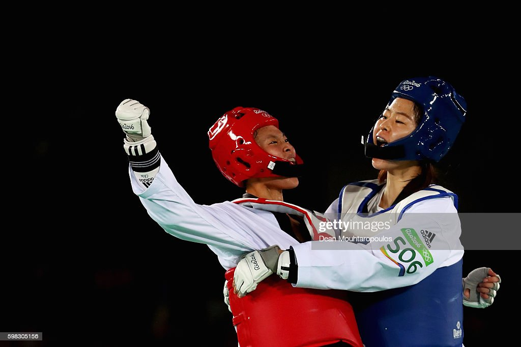 Oh Hye-Ri (blue cap) of South Korea celebrates victory against Chia-Chia Chuang of Chinese Taipei even though Chia-Chia won the point during the Women's -67kg Taekwondo semifinal bout on Day 14 of the Rio 2016 Olympic Games at Carioca Arena 3 on August 19, 2016 in Rio de Janeiro, Brazil
