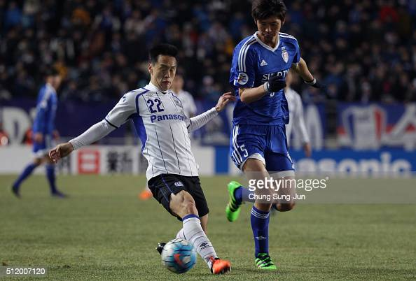Oh JaeSuk of Gamba Osaka competes for the ball with Park HyunBem of Suwon Samsung Bluewings during the AFC Champions League Group G match between...