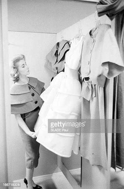 Ohrbach'S Store In New York En 1959 a New York Place des Syndicats dans la cabine d'essayage du magasin d'habillement à bas prix OHRBACHD une cliente...