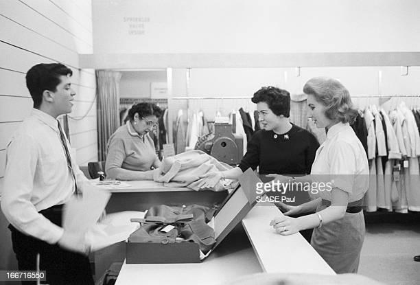 Ohrbach'S Store In New York En 1959 A New York Place des Syndicats dans le magasin d'habillement à bas prix OHRBACH une vendeuse accompagne une...