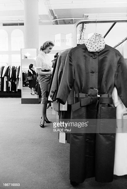 Ohrbach'S Store In New York En 1959 A New York Place des Syndicats dans le magasin d'habillement à bas prix OHRBACHDune cliente cherchant une tenue...