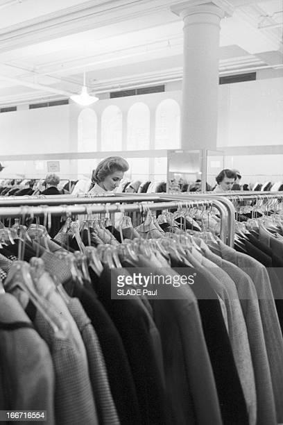 Ohrbach'S Store In New York En 1959 A New York Place des Syndicats dans le magasin d'habillement à bas prix OHRBACH une cliente cherchant une tenue...