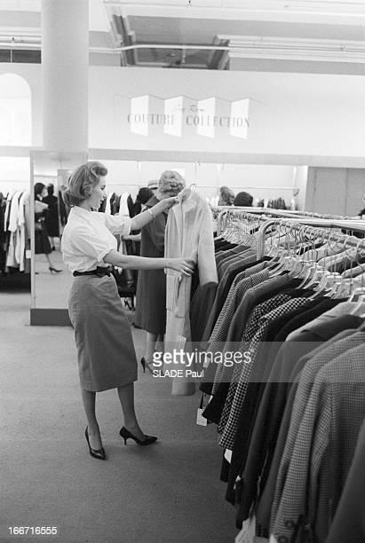 Ohrbach'S Store In New York En 1959 A New York Place des Syndicats dans le magasin d'habillement à bas prix OHRBACH une cliente choisisant une tenue...