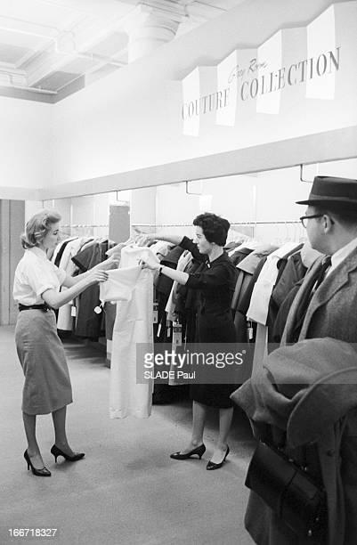 Ohrbach'S Store In New York En 1959 A New York Place des Syndicats dans le magasin d'habillement à bas prix OHRBACHD une vendeuse montrant un modèle...