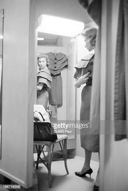 Ohrbach'S Store In New York En 1959 a New York Place des Syndicats dans une cabine d'essayage du magasin d'habillement à bas prix OHRBACH une cliente...