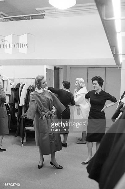 Ohrbach'S Store In New York En 1959 à New York Place des Syndicats dans le magasin d'habillement à bas prix OHRBACHD une cliente plaçant devant elle...