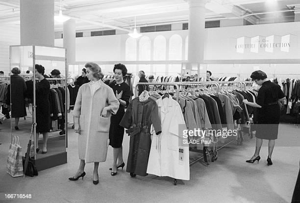 Ohrbach'S Store In New York En 1959 à New York Place des Syndicats dans le magasin d'habillement à bas prix OHRBACHD une cliente essayant un manteau...