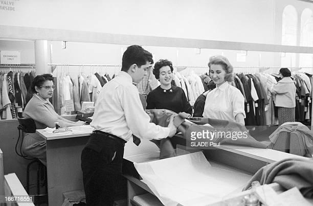 Ohrbach'S Store In New York En 1959 à New York Place des Syndicats dans le magasin d'habillement à bas prix OHRBACH une vendeuse accompagne une...