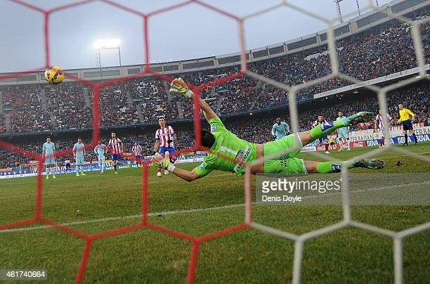 Oier Olazabal of Granada CF fails to stop Mario Mandzukic of Club Atletico de Madrid scoring from the penalty spot during the La Liga match between...