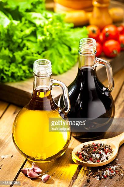Sauce vinaigrette photos et images de collection getty - Table en bois rustique ...
