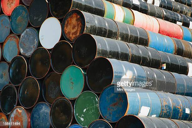 Barrel Erdöl in Lagen übereinander. Recycling und Stauraum.