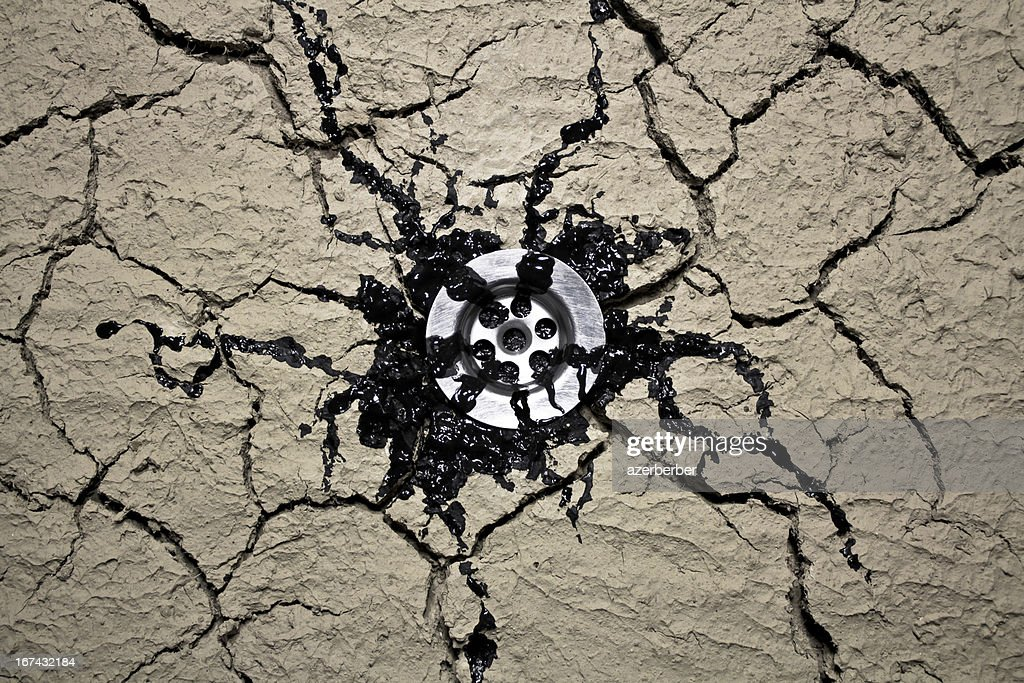 Filtraciones throuth agua de drenaje de aceite : Foto de stock