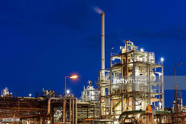 Öl-Raffinerie in der Nacht