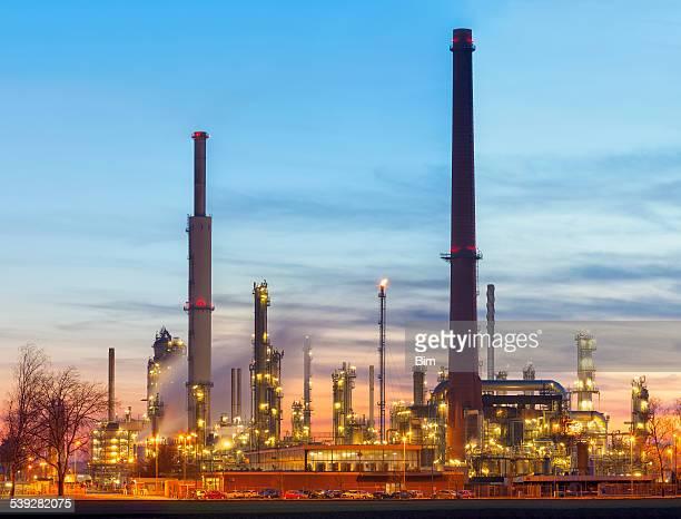 Öl-Raffinerie in der Dämmerung