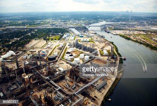 Refinaria de petróleo com vista ao centro da cidade de Houston