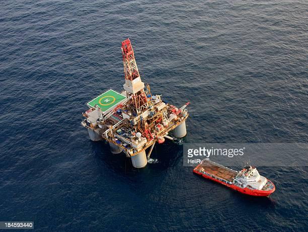 Plateforme pétrolière offshore et soutien bateau