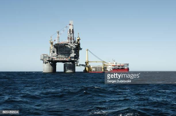 Öl-Bohrinsel und Unterstützung Schiff auf Offshore-Bereich